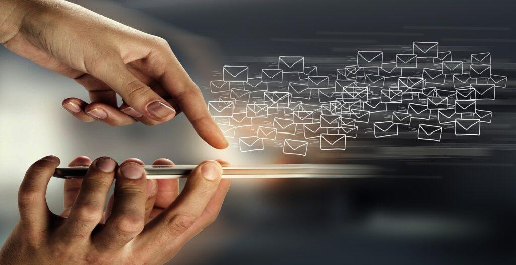 E-Mail-Icons fliegen aus Smartphone